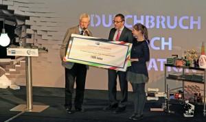 Ein Scheck als Anerkennung für die Jugend forscht Gruppe - Hilfe die hohen Materialbelastung zu mindern.