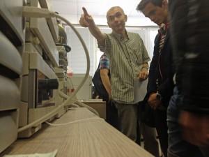 Prof. Antonov erklärt die Arbeit mit einem Gaschromatografen.